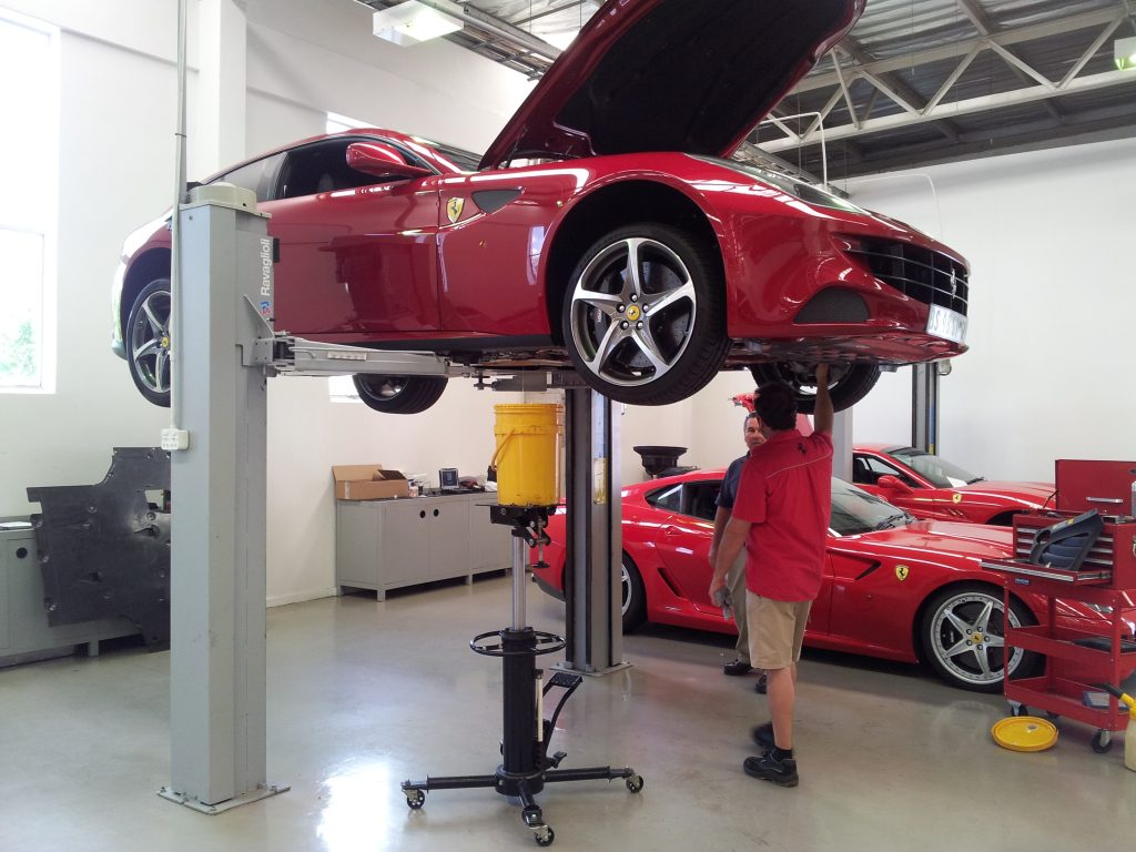 Ravaglioli KPX 337 2-Säulen-Hebebühne mit Ferrari